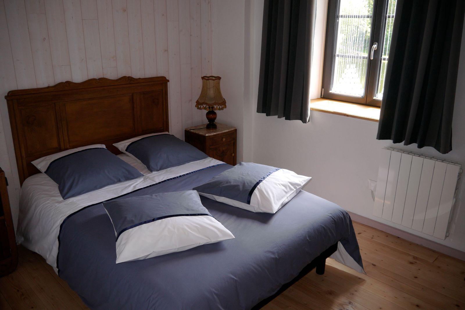 Chambre étage 1 lit 2 pers   (armoire avec penderie)