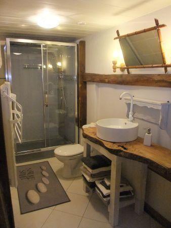 Salle d'eau à l'étage , douche à l'italienne, toilettes.