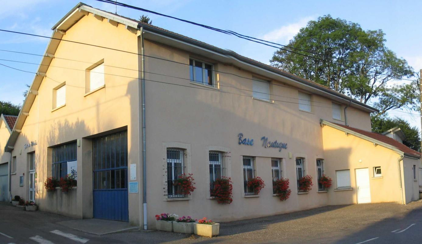Le bâtiment du Gîte qui abrite également la base nautique