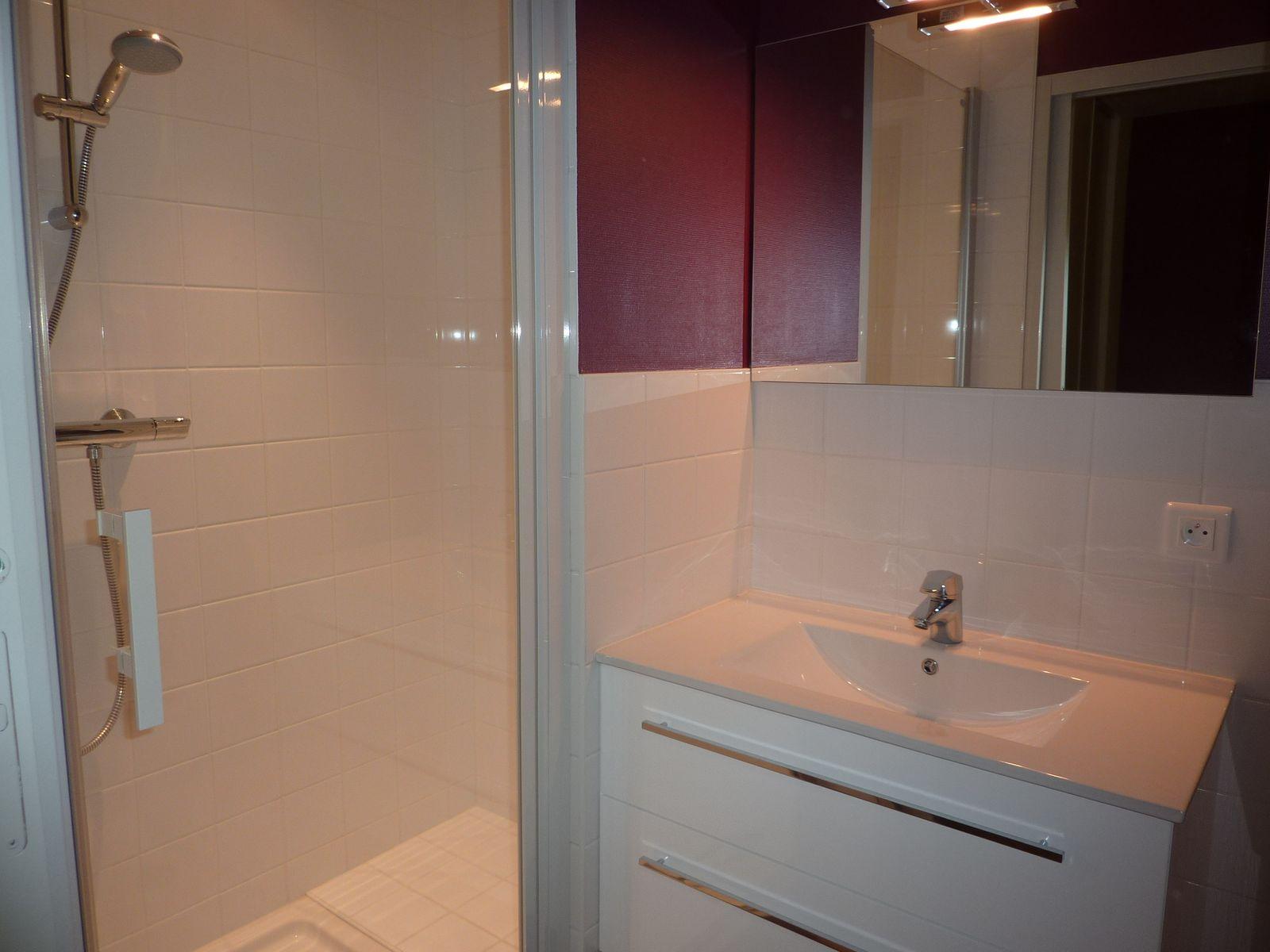 Une salle de bain chambre double