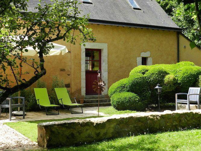 Une terrasse à l'arrière donnant sur votre jardin privé de 1000 m2 : pour lire, rêver, écouter les oiseaux...