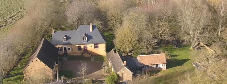 Vue aérienne de l'ensemble. Le gîte est la maison principale.