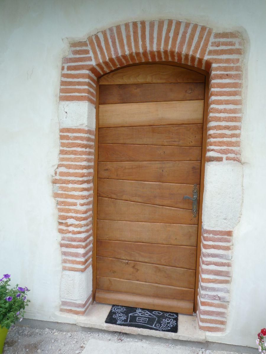 Porte d'entrée :réplique de la porte d'origine du 18 e siècle
