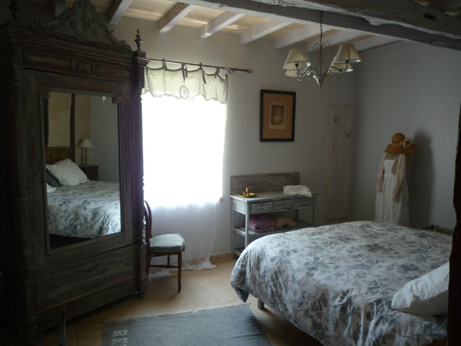Chambre avec petite armoire