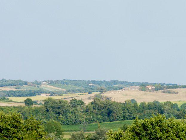 A 13 kms à gauche : Moissac et son Abbaye inscrite au patrimoine par l'UNESCO, à 11 kms à droite : Valence d'Agen.