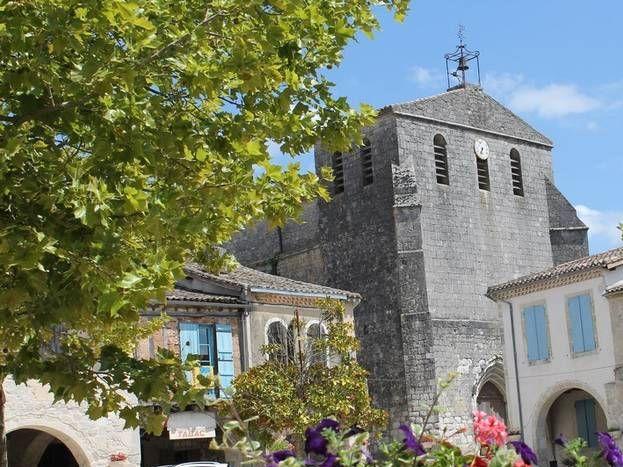 Castelsagrat, la place et l'Eglise de style Roman.