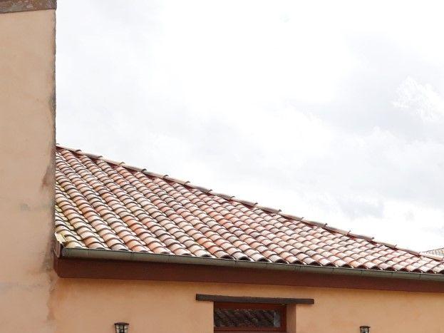 Vue du gite et la maison des chambres d'hôtes du jardin  en face