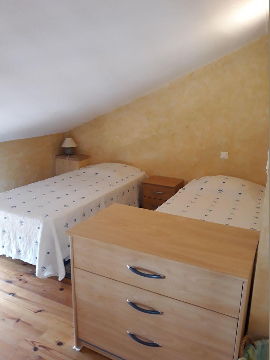 Pièce mansardée en face la chambre avec 2 lits de 90