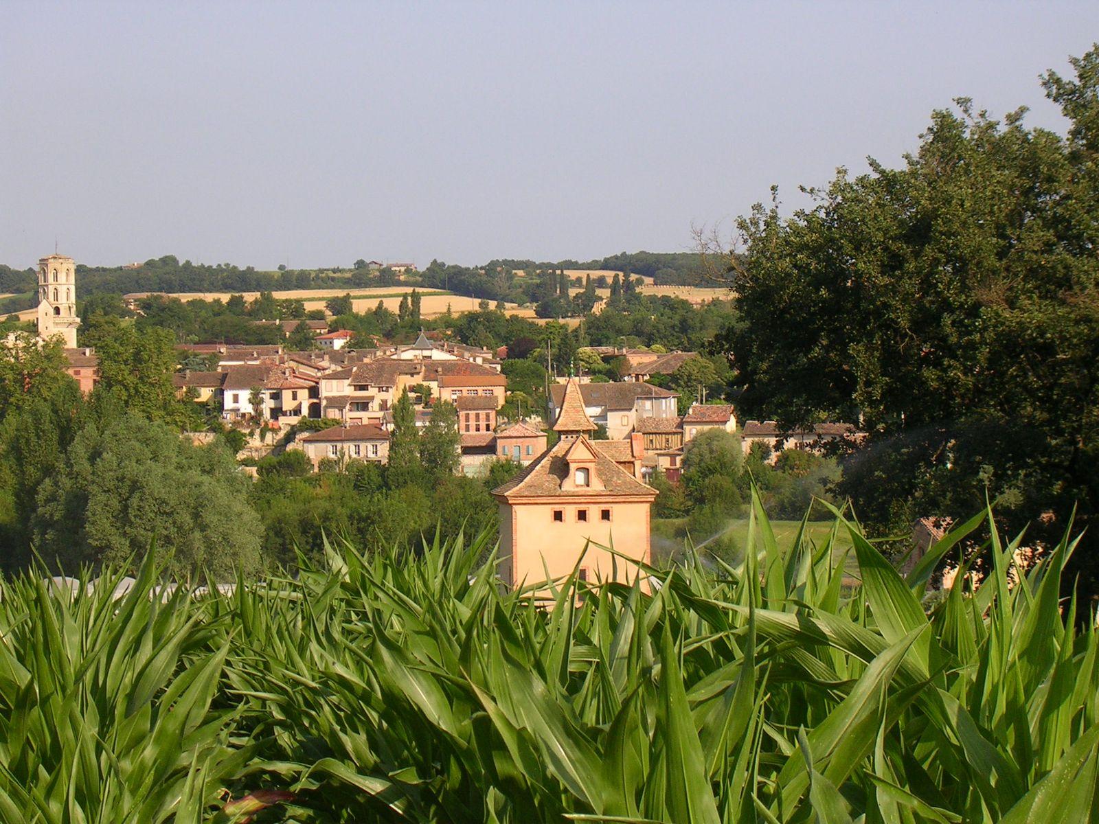 Au creux de la vallée le pigeonnier fait face au village tout proche