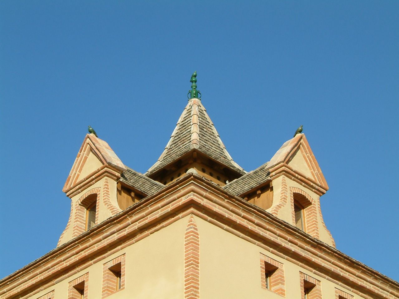sous l'épis de faitage et fenêtres d'envol du XVIII ème siècle