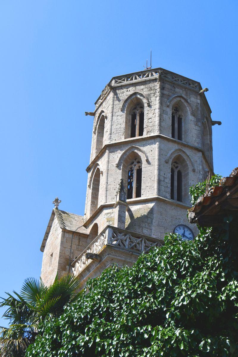 Un drôle de clocher octogonal surplombe le village