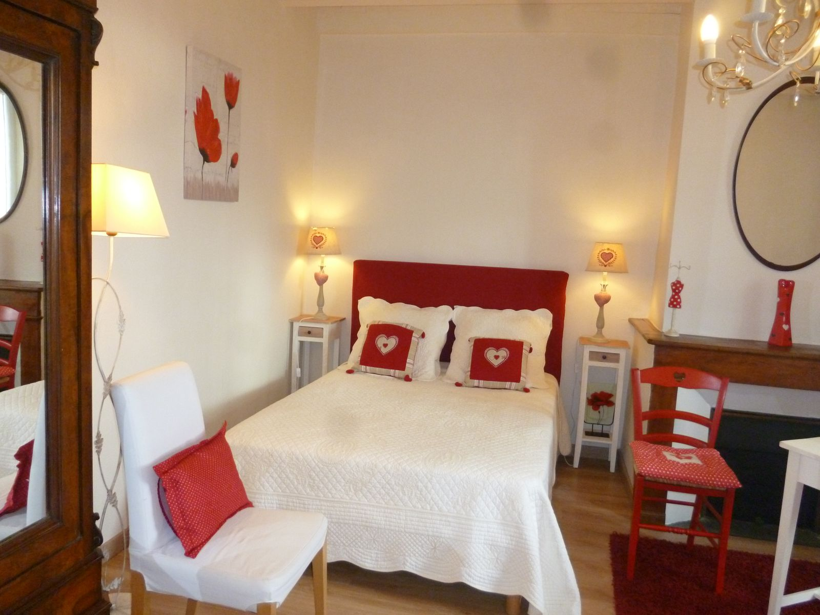 chambre rouge lit en 140cm armoire et grand placard