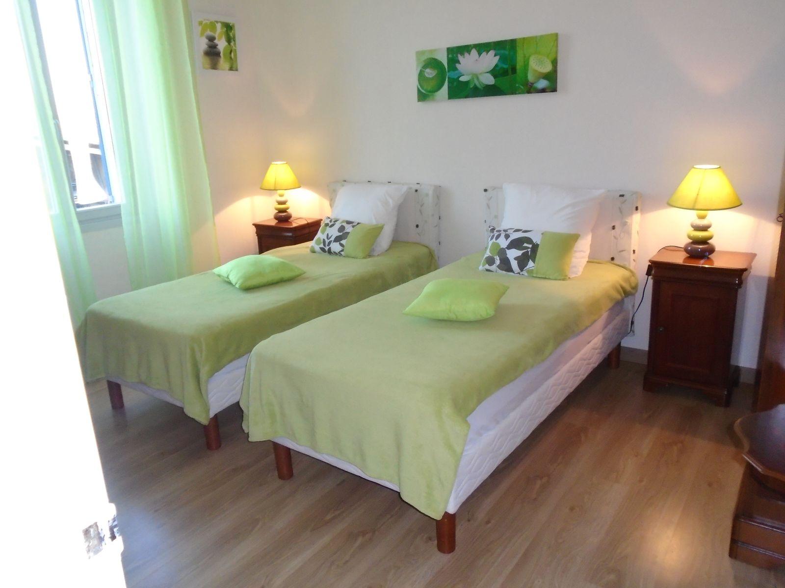 chambre verte 2 lits en 90cm avec commode et armoire