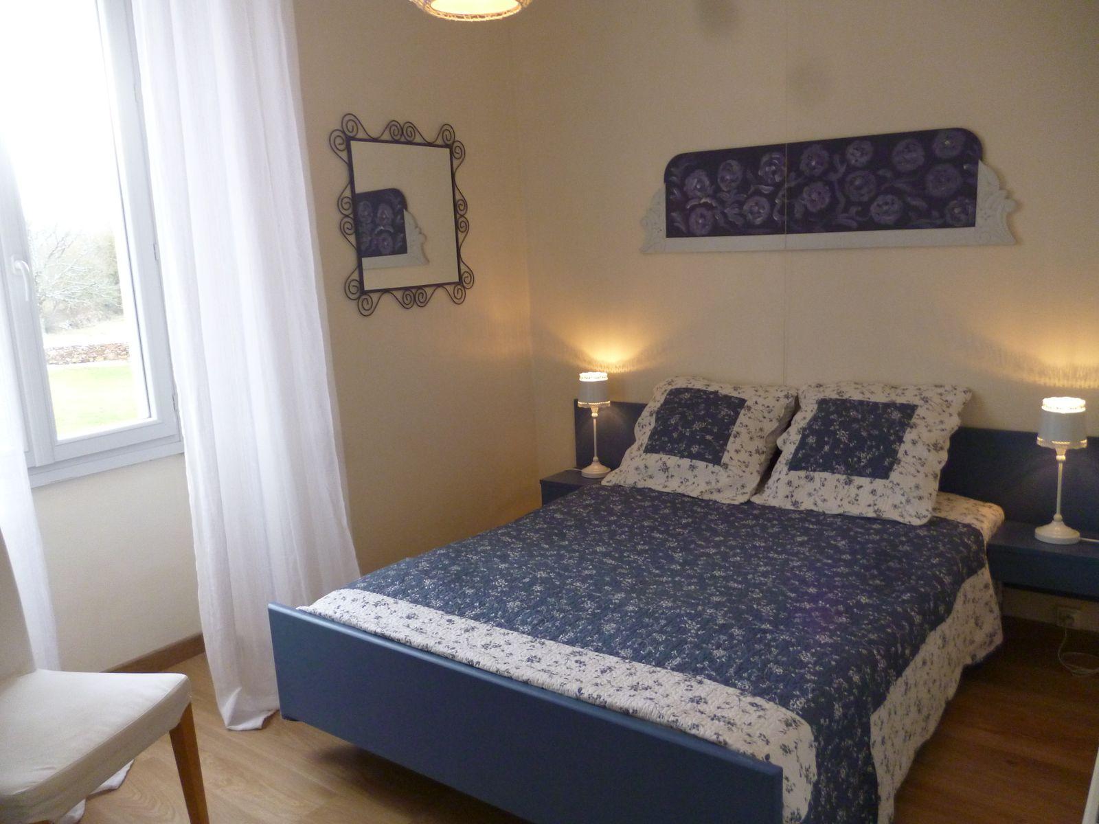 chambre bleu lit en 140cm avec armoire