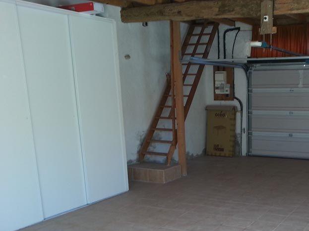 intérieur garage avec porte électrique