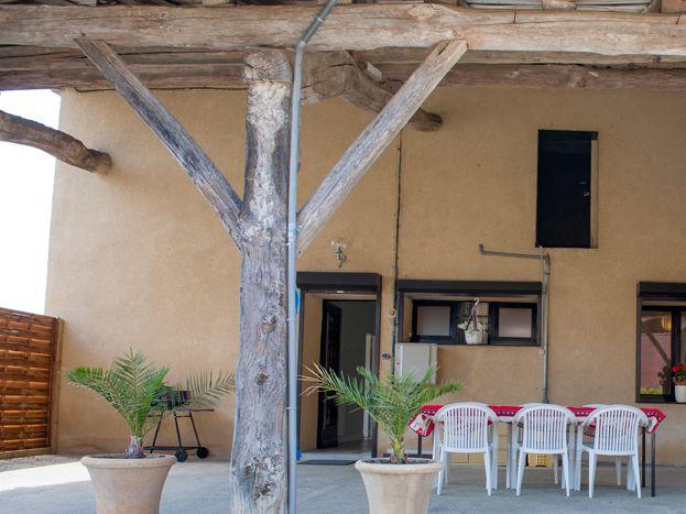 Terrasse de 50 m2 couverte agréablement aménagée.