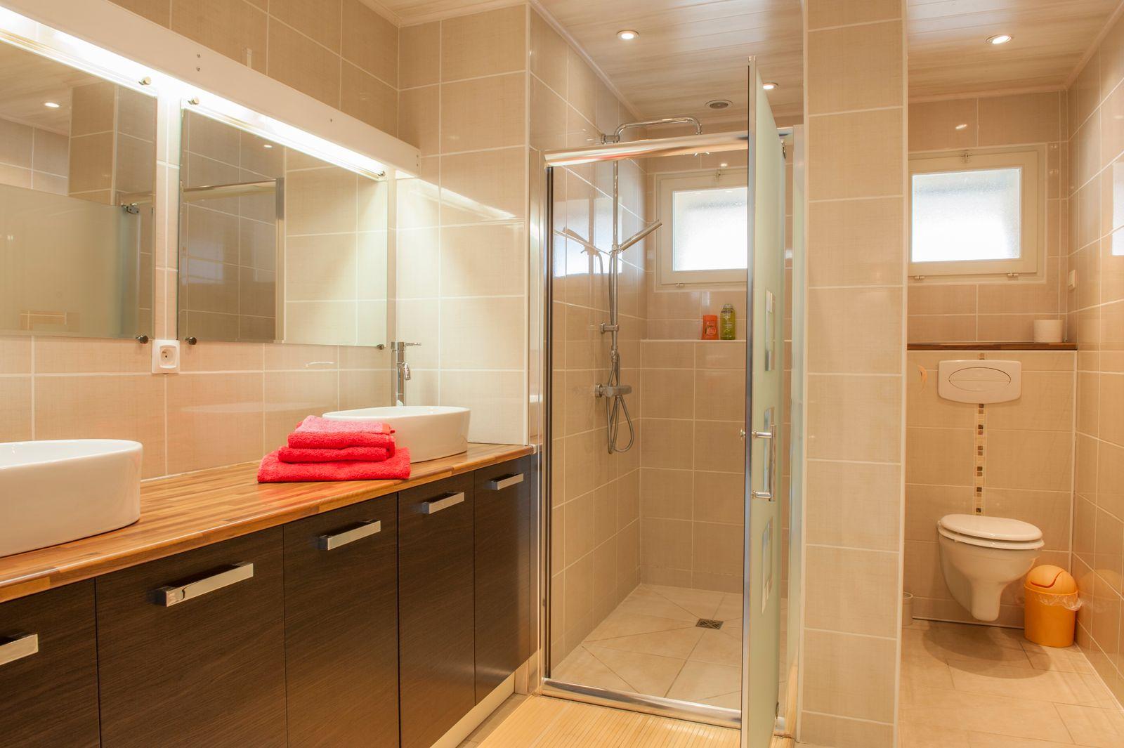 Grande salle d'eau avec douche à l'italienne ,2 vasques et wc suspendus.