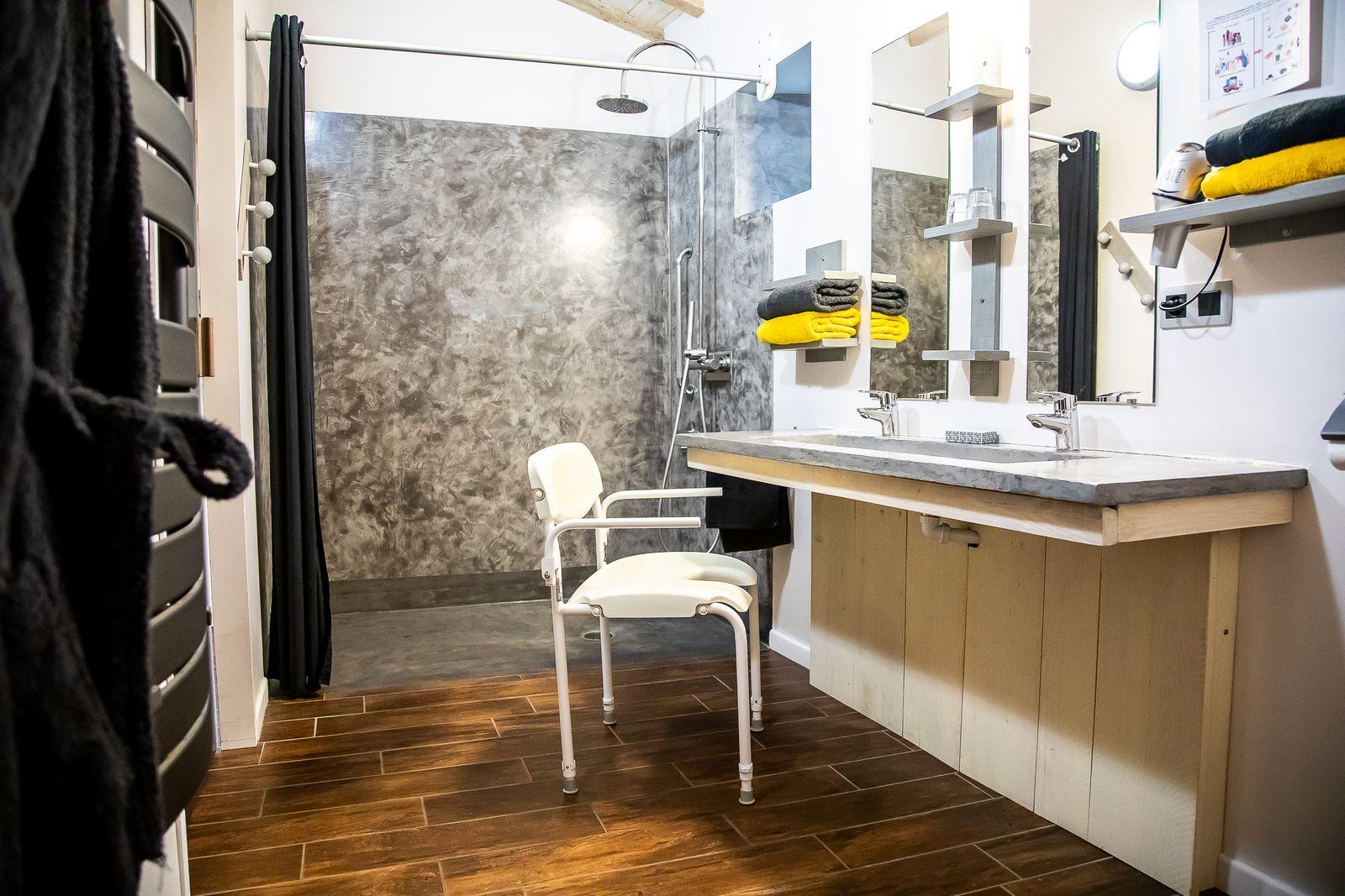 salle de douche à l'italienne accessible PMR