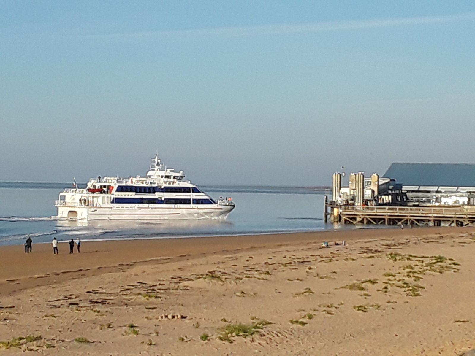 bateau arrivant à l'estacade