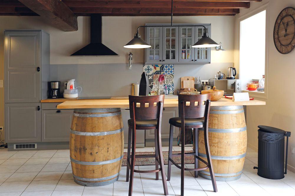 La cuisine et le large comptoir.