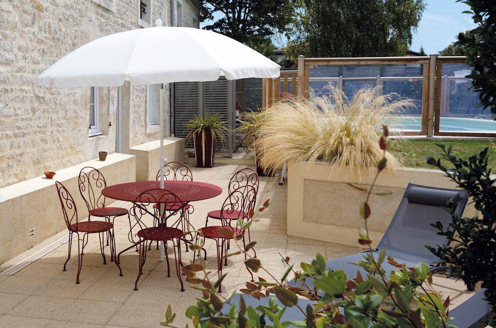 La terrasse : coin détente et barbecue.