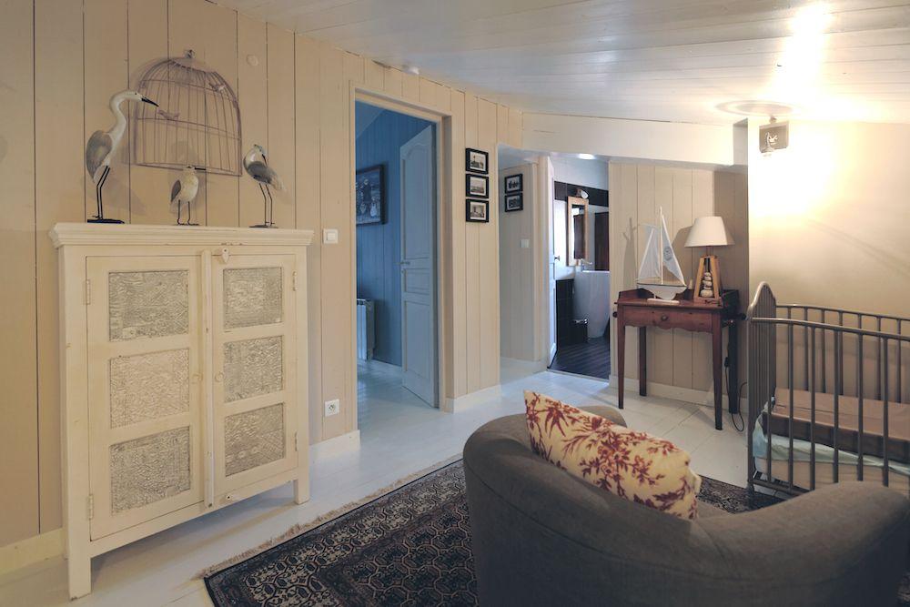 Le palier de l'étage dessert 2 chambres et une salle de bain