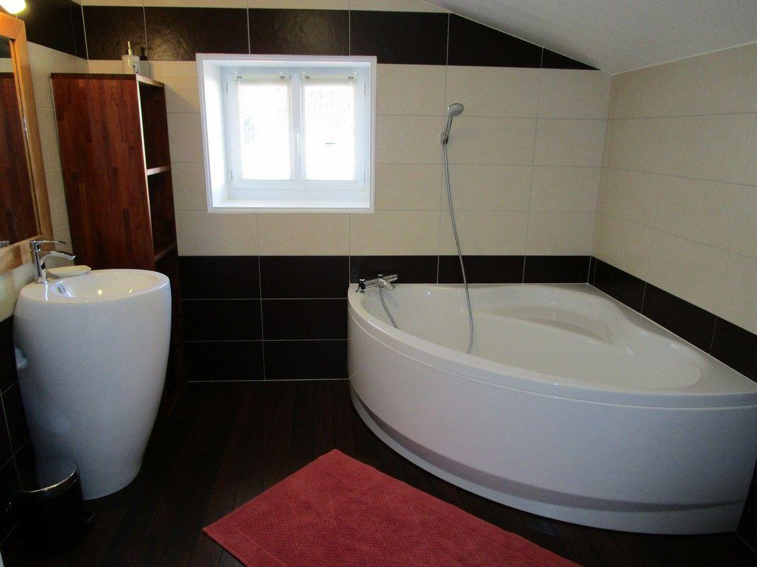 La salle de bain et sa belle baignoire.