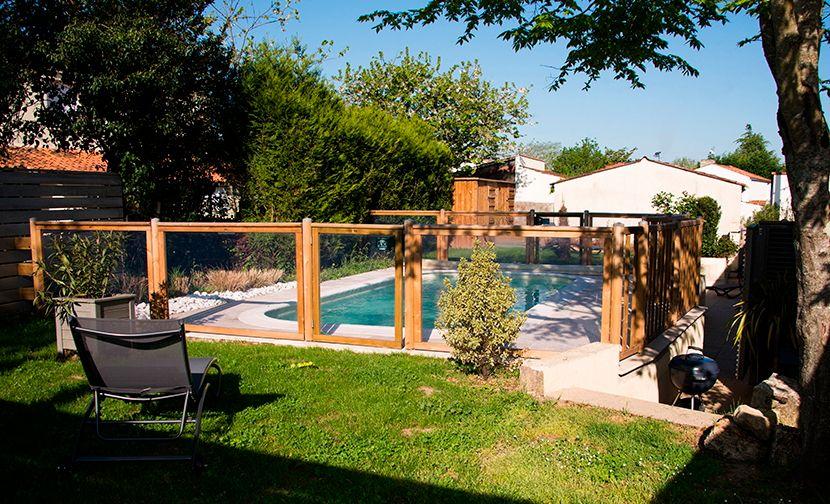 Accès à la piscine vi le jardin