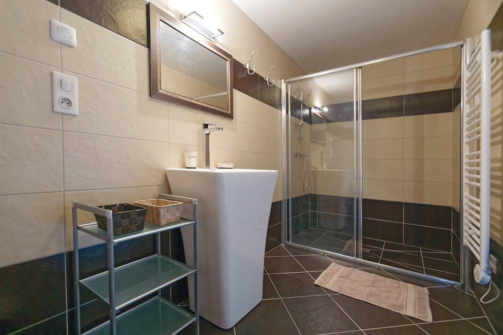 La salle de douche (douche à l'italienne).