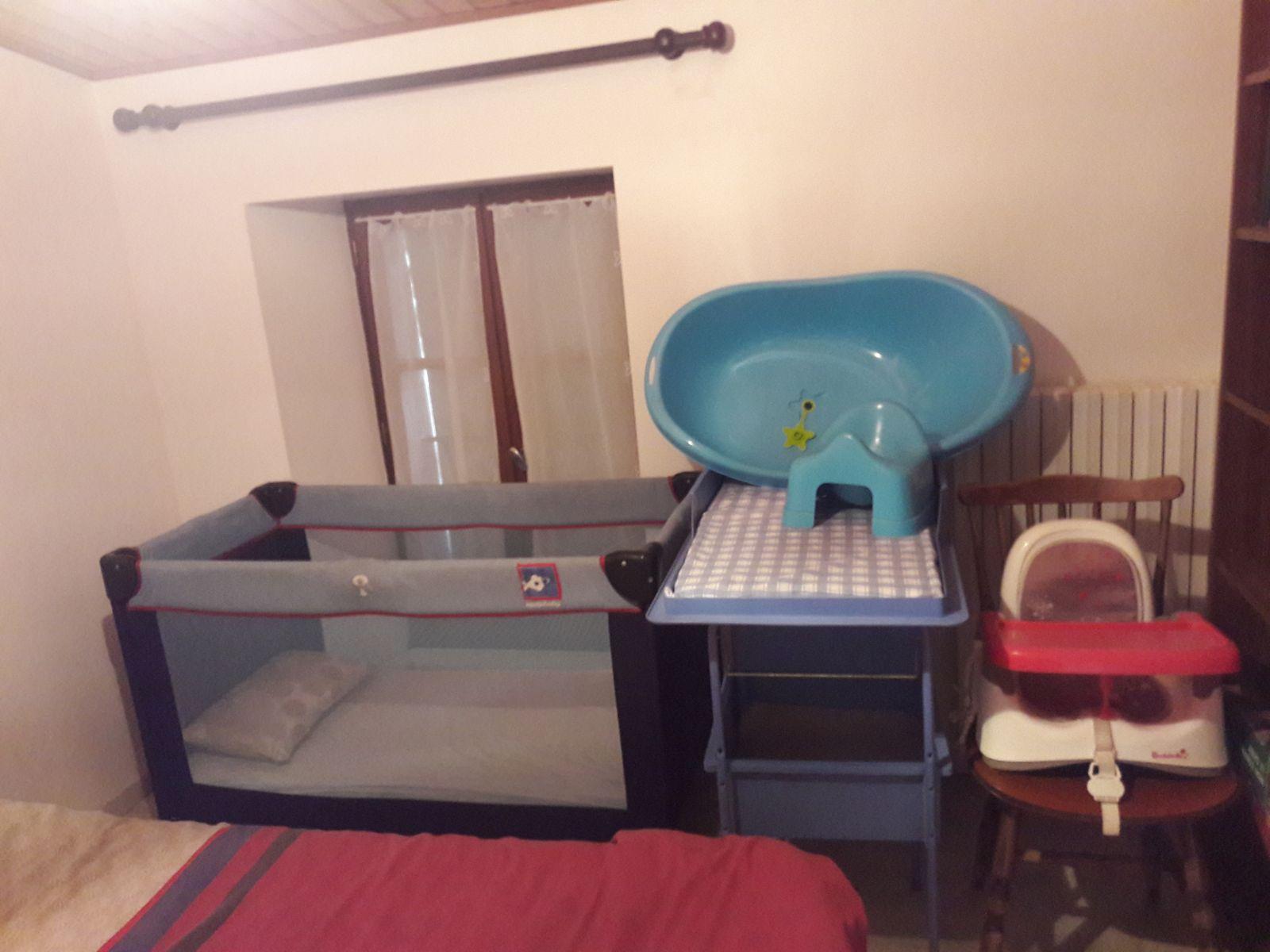 nécessaire pour BB : lit avec matelas 10 cm épaisseur, table à langer, chaise haute, baignoire, pot