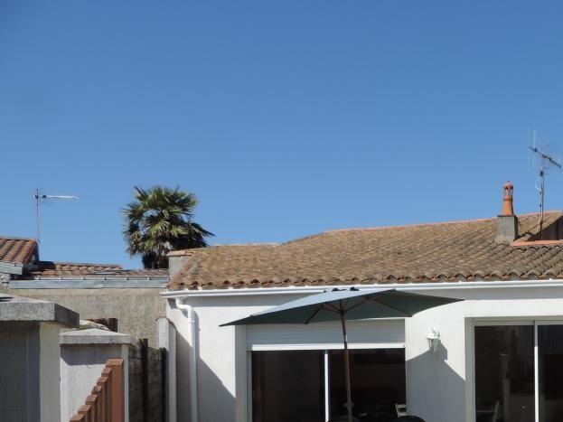 Terrasse pavée, clôturée, très agréable, à l'abri du vent.....