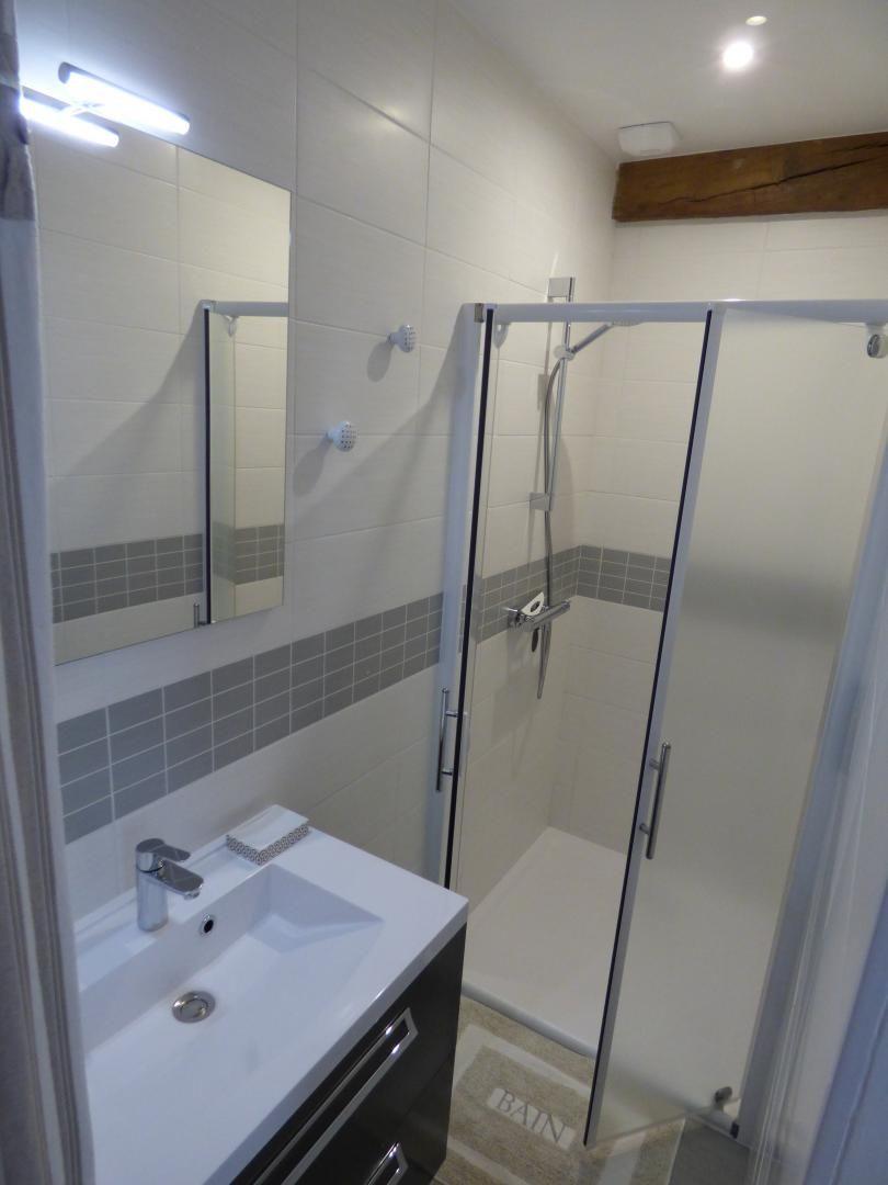 salle de douche de la chambre blanche