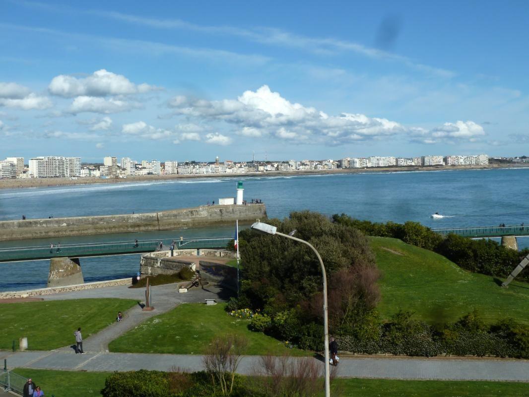 Vue du balcon sur la sortie du port et la plage du remblai