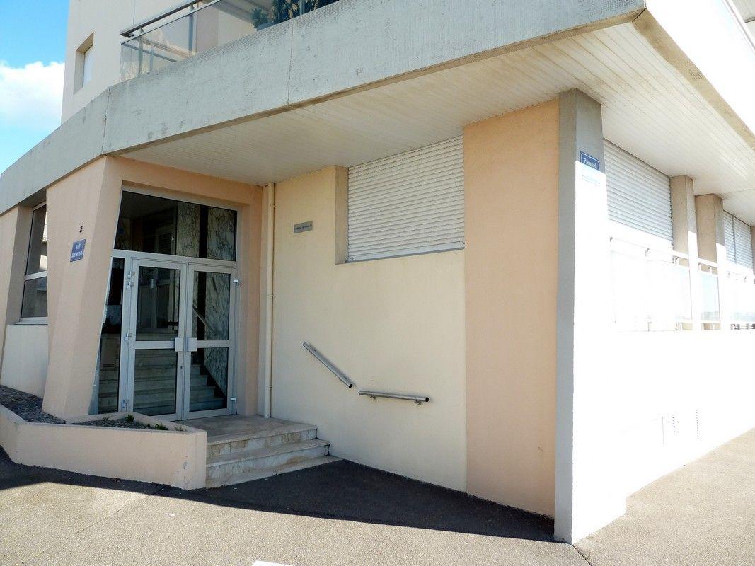 Entrée A de la résidence au coin de la rue Saint Nicolas et de la Promenade Jean XXIII