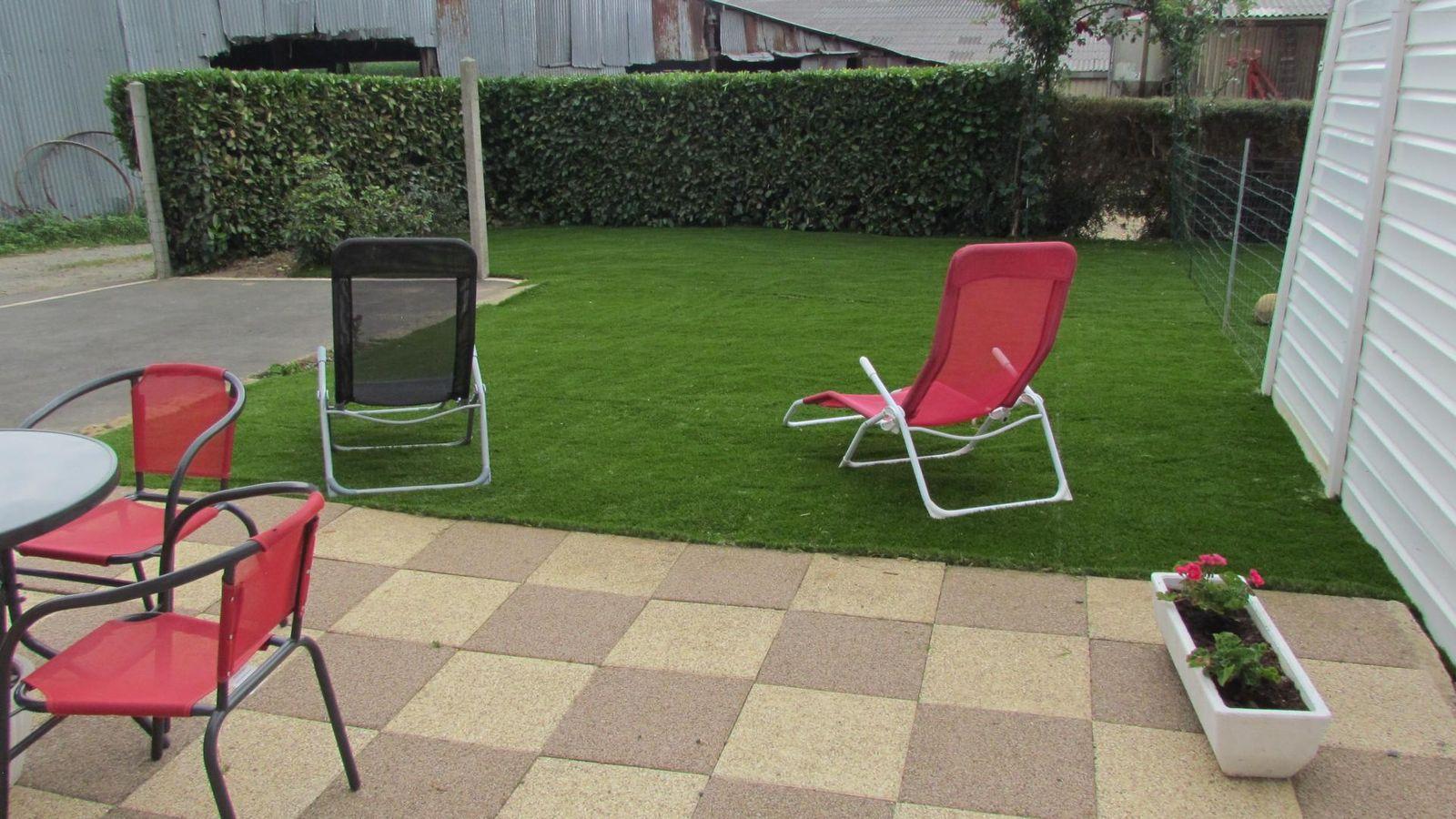 Terrasse et pelouse terrain clos