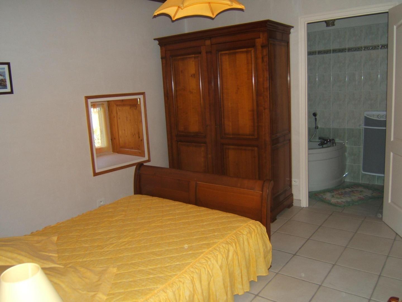 Chambre rez-de-chaussée accès salle de bain