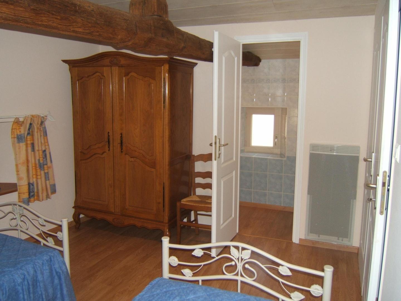 Chambre à l'étage accès salle d'eau