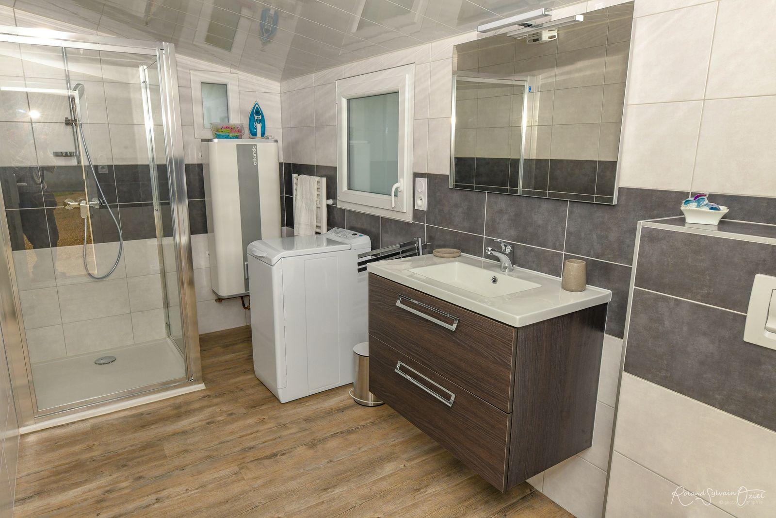Salle d'eau avec lave-linge, lessive, sèche-cheveux, trousse de secours, papier toilette à disposition.