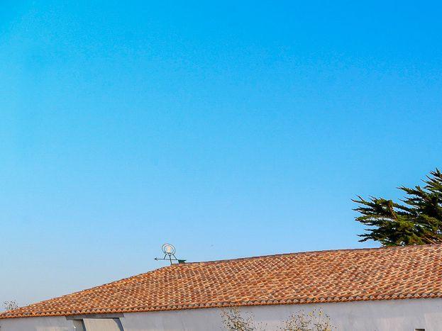 Vue de l'entrée de la propriété sur terrasse.