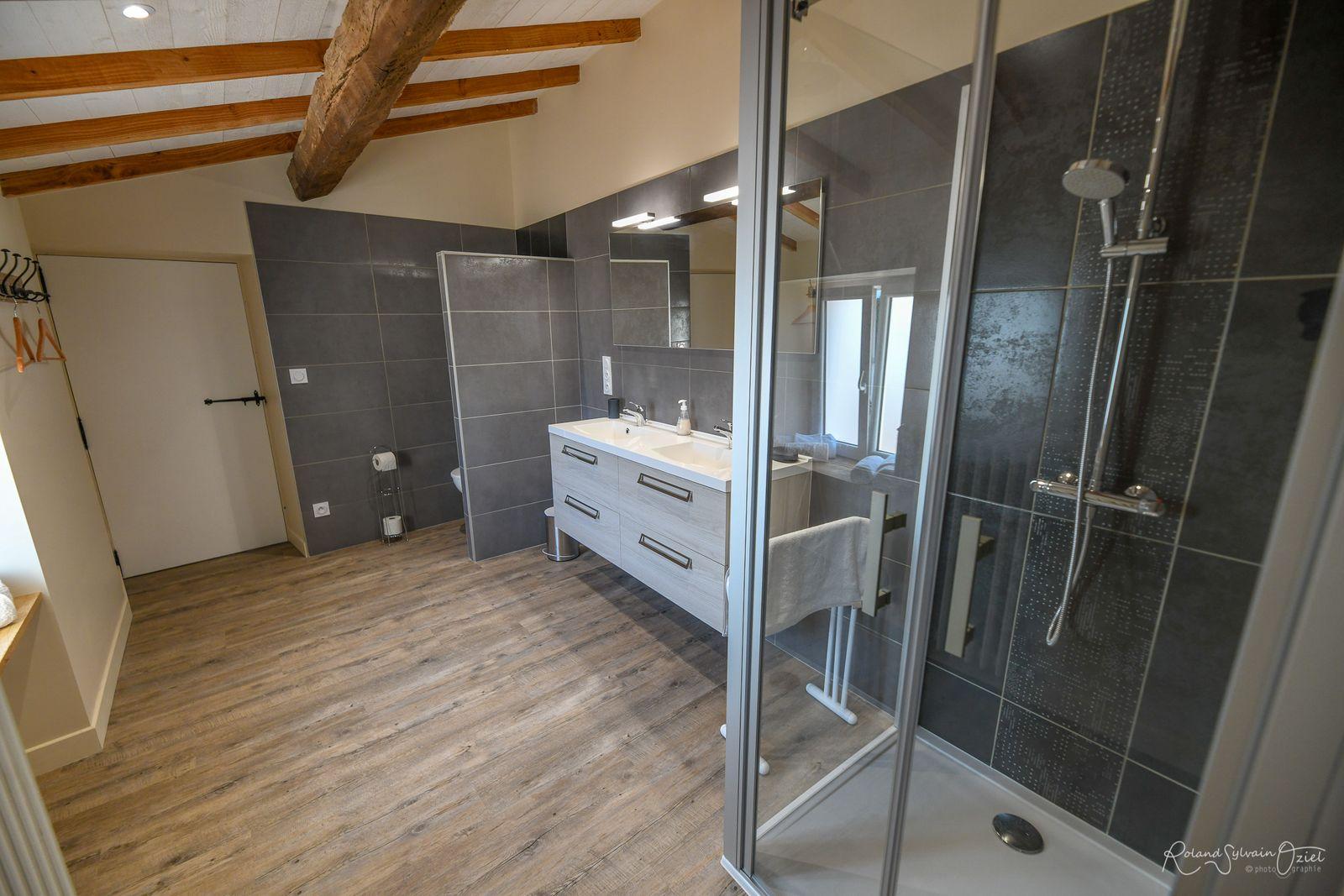 Mise à disposition : linge de toilette, sèche-cheveux, papier toilette, trousse de secours.