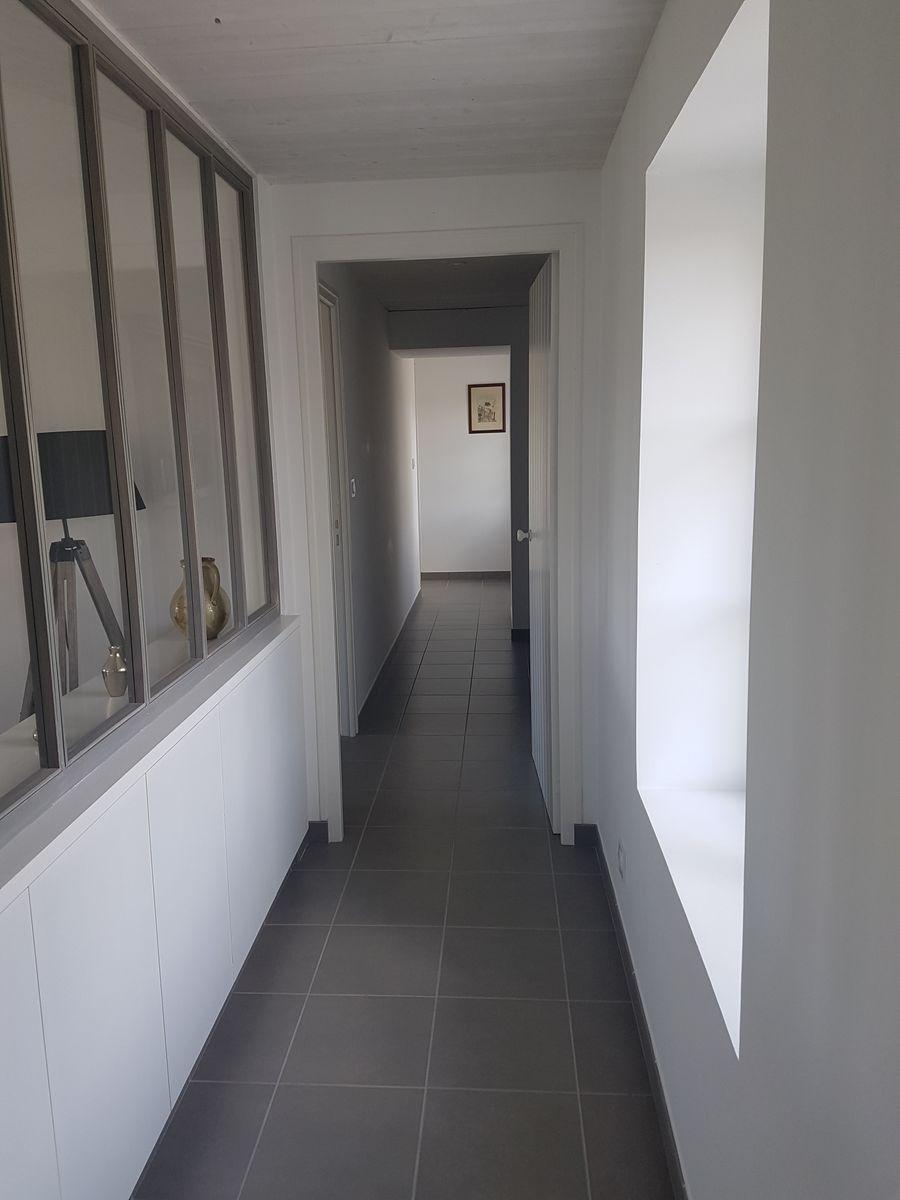Couloir qui mène vers les chambres