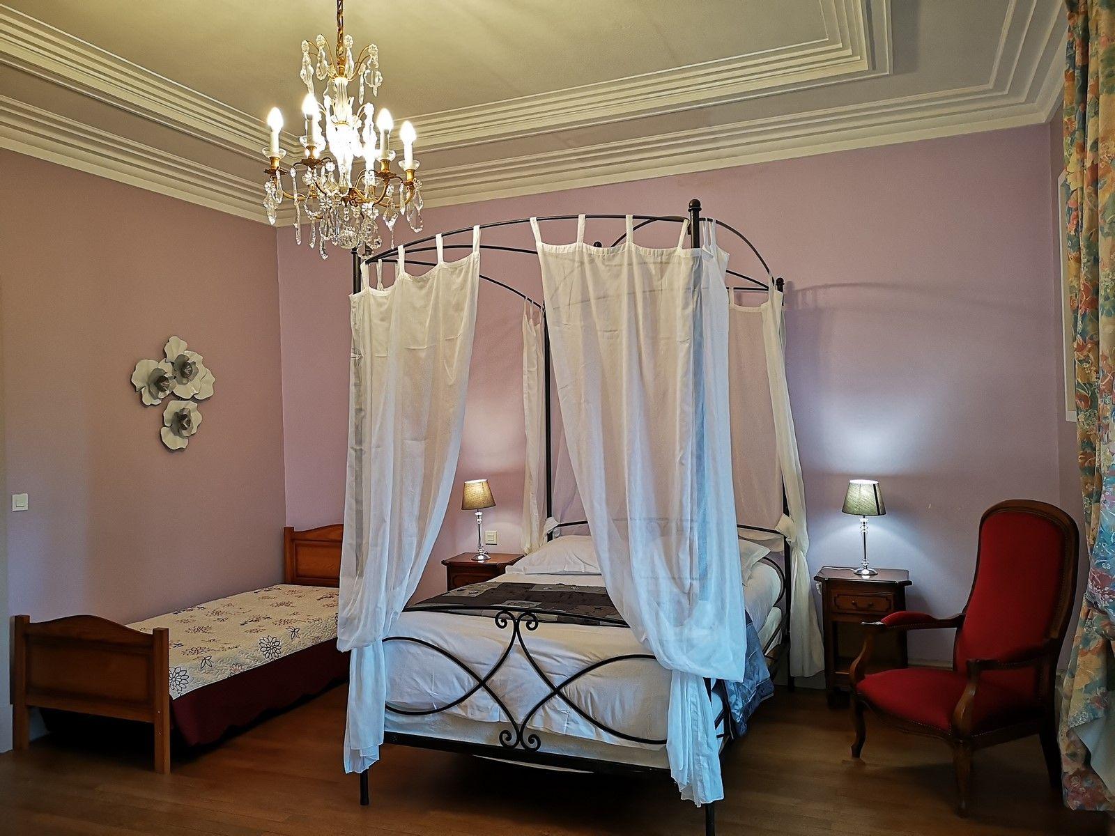 """Chambre double ou triple """"Rose Cardinal"""" avec baignoire"""
