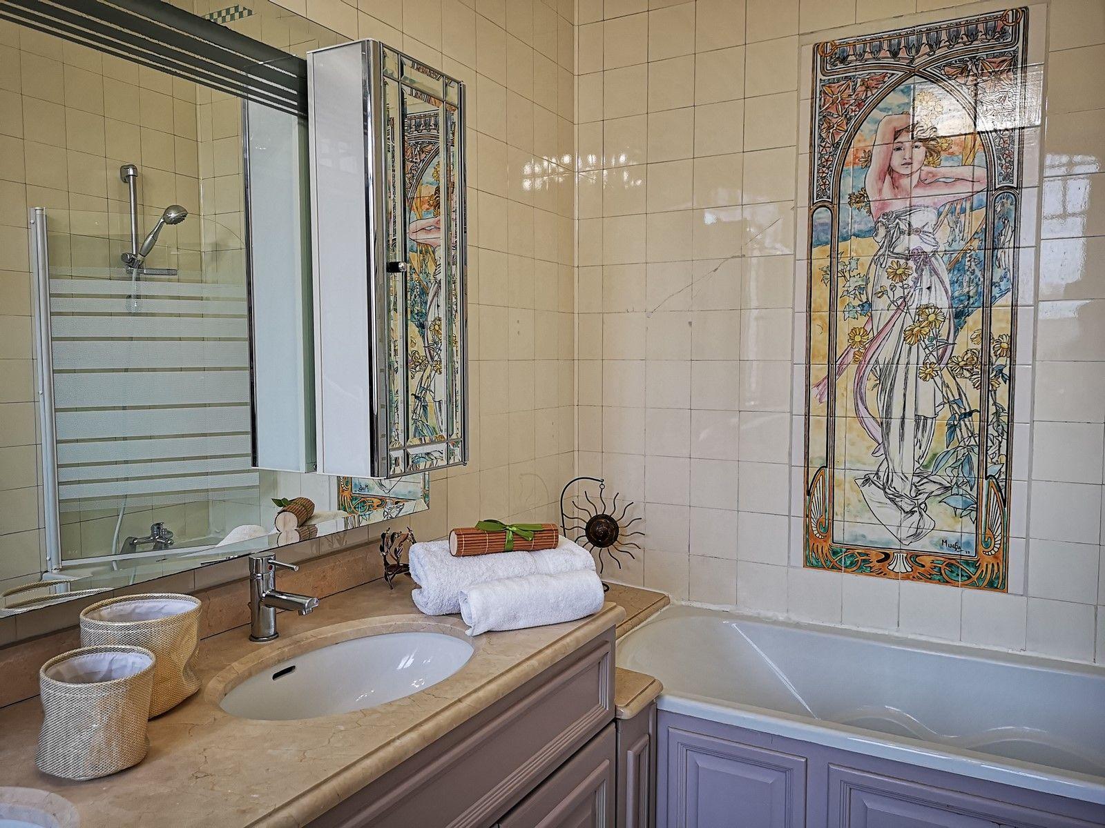 "Salle de bain avec baignoire de la chambre ""Rose Cardinal"""
