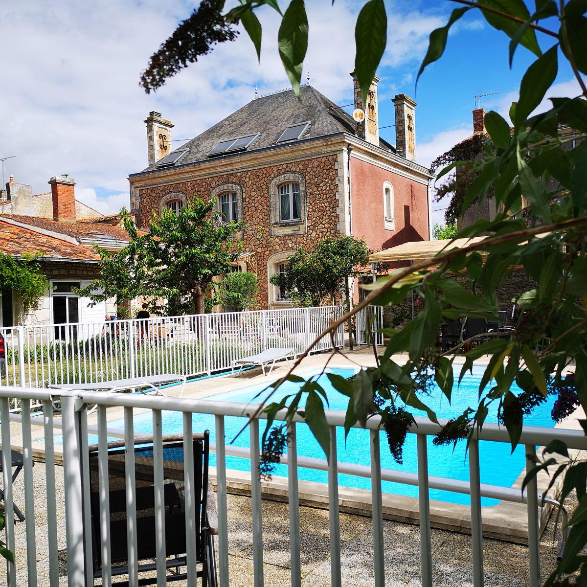 La piscine sécurisée de La Villa des Roses