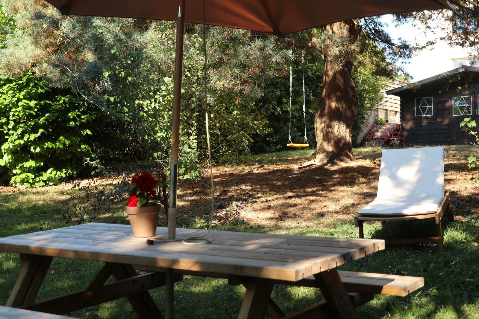 Espace privatif dans le jardin avec transat et barbecue, possibilités de jeux pour les enfants