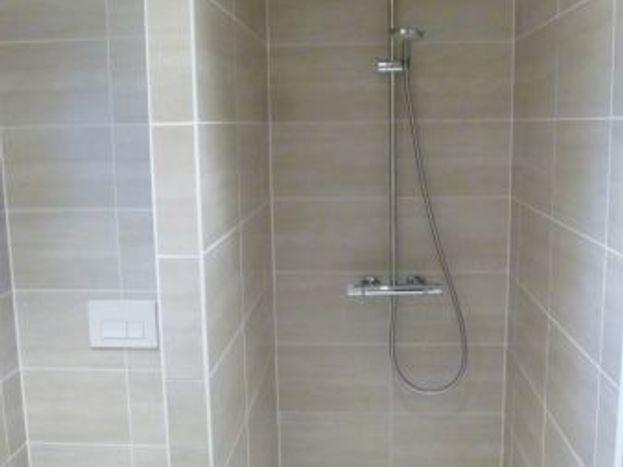 Salle d'eau de l'étage avec douche à l'italienne, vasque et WC