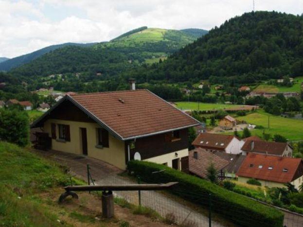 gite et vue sur le village et montagne